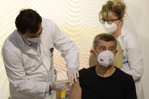 Premiér Andrej Babiš dostáva vakcínu proti ochoreniu Covid-19.