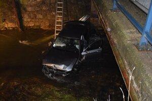 Auto skončilo v rieke Rimava.