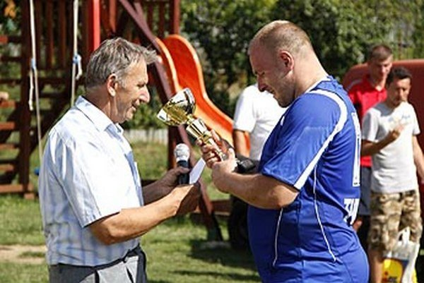 Starosta Peter Vavro blahoželá Tomášovi Deminovi.
