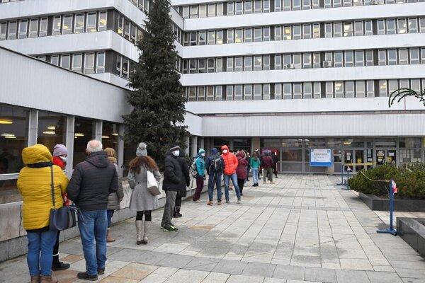 Košičania čakali 31.decembra na bezplatné antigénové testovanie pred budovou magistrátu.