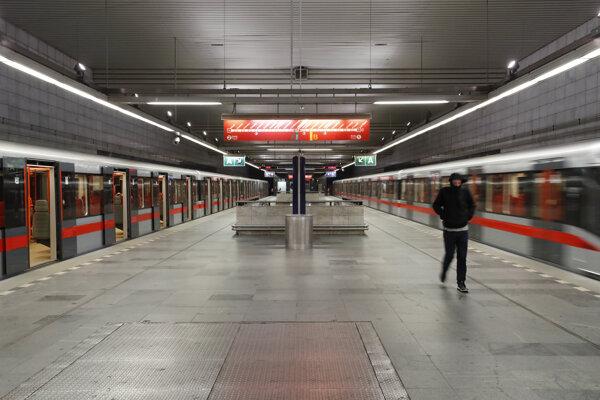 Koronavírus: Prázdna stanica metra v Prahe.