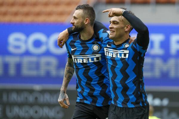 Útočník Interu Miláno Lautaro Martínez (vpravo) strelil hetrik.