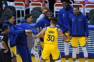 Stephen Curry oslavuje so spoluhráčmi z Golden State Warriors.