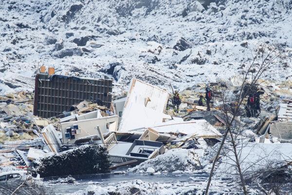 Záchranárom komplikuje prácu mrazivé počasie, nestabilné pôdne podmienky a veľké množstvo trosiek.