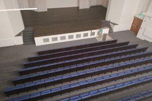 Spoločenská sála s plošinou pre imobilných.
