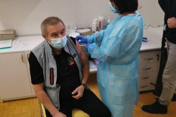 Prvým zaočkovaným zdravotníkom v nemocnici v Liptovskom Mikuláši je Ján Drobčo.