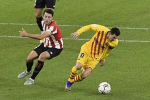 Mikel Vesga (vľavo) a Lionel Messi v zápase Athletic Bilbao - FC Barcelona.