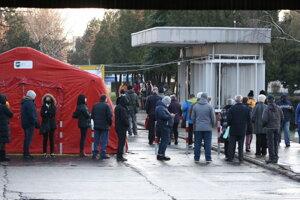 Ľudia čakajúci na test pred nemocnicou v Nových Zámkoch.