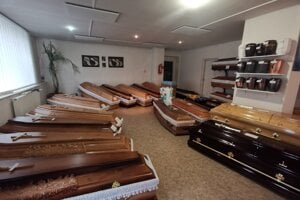 Práca v pohrebníctve je riziková aj v čase Covid-19.