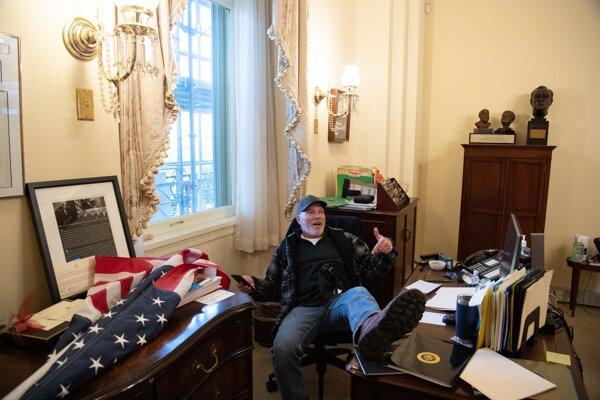 Podporovateľ Donalda Trumpa v kancelárii predsedníčky Snemovne Nancy Pelosi.