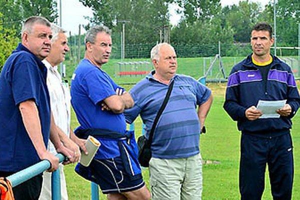 Kormidla sa ujal nový tréner Vladimír Goffa (tretí zľava). Vpravo od neho manažér Ladislav Jaroš a asistent trénera Oskar Lancz.