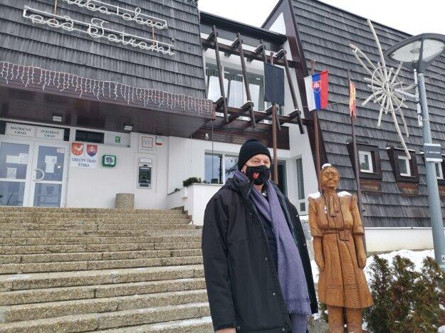 Starosta Štrby Michal Sýkora pred obecným úradom.