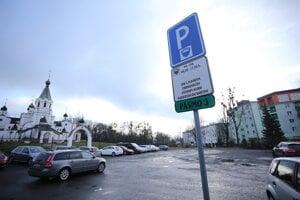 Parkovisko na Pavlovičovom námestí. Neaktuálnu značku odstránili po týždni od zavedenia nových pravidiel parkovania po našich otázkach.
