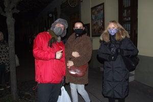 Boris, Silvia a Iveta čakajú na testovanie v synagóge.