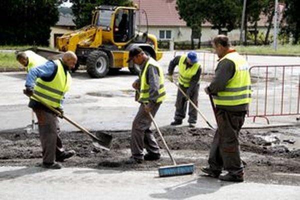 Pracovníci Mestských služieb vo vestách Nitrianskej investičnej.