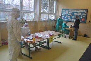 jeden z odberných tímov v ZŠ Belehradská. V sobotu dopoludnia tam otestovali 247 ľudí, pozitívni boli traja.