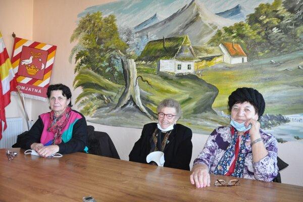 Tkáčky zKomjatnej, na fotografii zľava: Anna Hládeková, Žofia Plešková, Helena Kočibálová
