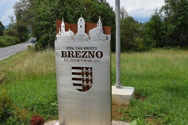 Návštevníkov Brezna vítajú originálne tabule.