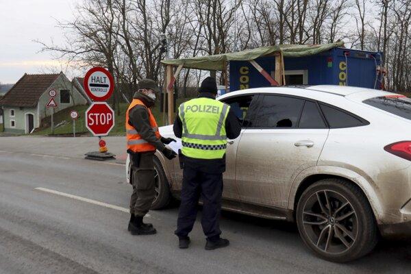 Rakúsko sprísnilo kontroly na hraniciach so Slovenskom a Českom.