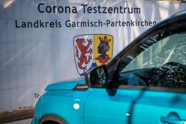 Biely transparent s nápisom testovacie centrum sa nachádza v bavorskom meste Garmisch-Partenkirchen.