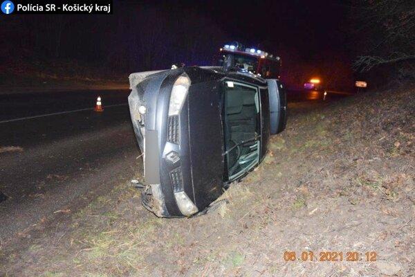 Nehoda sa stala v piatok večer.