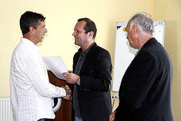 Zľava Oskár Lancz (dnes tréner prípravky v Šali), predseda ZsFZ Ladislav Gádoši a Ján Rosinský, zástupca SFZ.