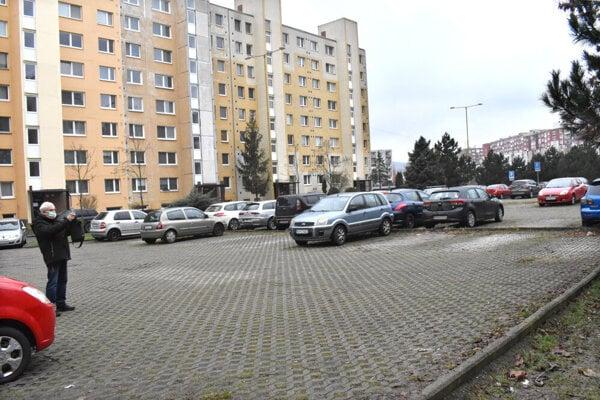 Vlastník časti pozemkov je povinný zdržať sa konania, ktorým by bránil užívaniu parkoviska na Berlínskej.
