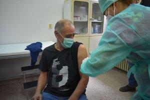 Prvý dostal vakcínu riaditeľ nemocnice Igor Steiner