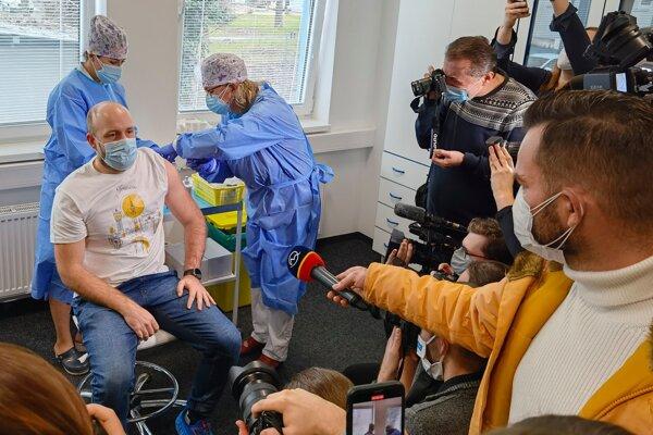 Pozvanie na očkovanie dostal aj primátor Peter Bročka.