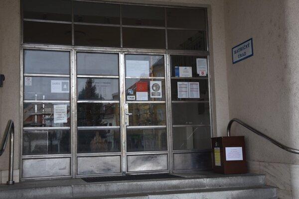 Schránka je umiestnená pri vchode do mestského úradu.