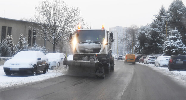 Snežný pluh na Starej spišskej ceste v Košiciach.