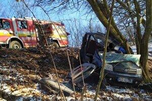 Hasiči museli odstrihnúť vrch auta, aby sa k vodičke dostali.