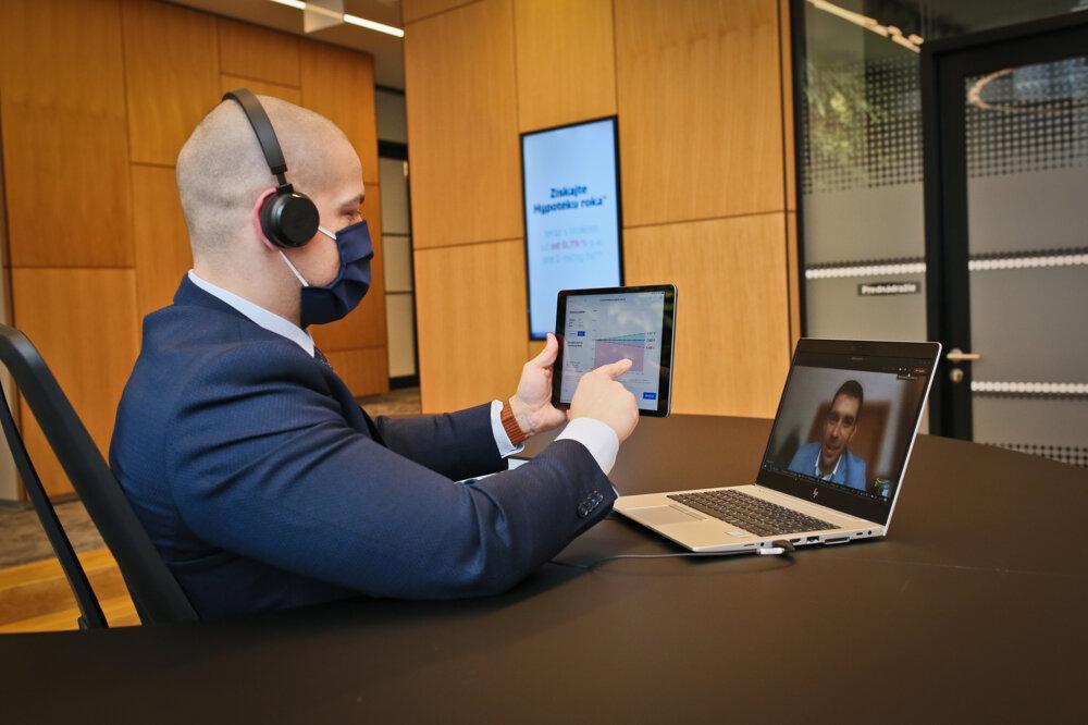 Takto vyzerá komunikácia bankárov Slovenskej sporiteľne so svojimi klientmi v čase lockdownu.