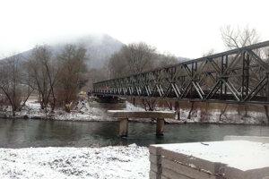 Na výstavbe mosta spolupracovali hasiči s Ozbrojenými silami SR.