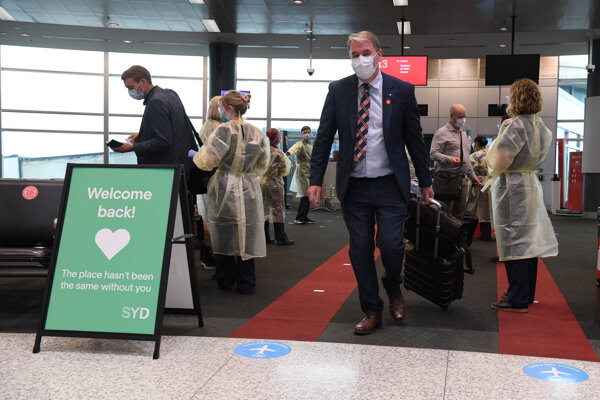 Pasažieri z Melbournu na letisku v Sydney.