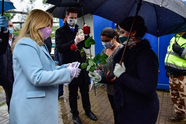 15.5. Prezidentka Zuzana Čaputová poďakovala terénnym pracovníkom v žiarskej osade Pod Kortínou.