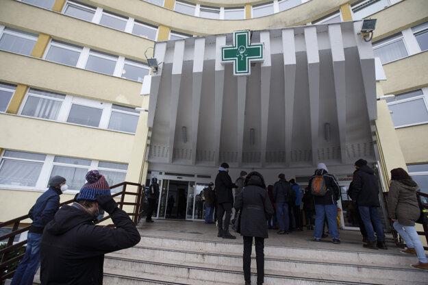 Ľudia čakajú pred odberným miestom v bratislavskej Ružinovskej poliklinike počas celoplošného skríningového testovania na COVID-19, ktoré prebieha od 18. januára - 26. januára 2021 v rámci projektu s názvom Zachráňme spoločne životy.