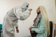Zdravotník odoberá vzorku počas testovania na koronavírus.