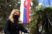 Prezidentka na nádvorí ministerstva obrany položila k Pamätníku zmierenia vence a zapálili sviečky.