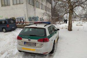 Na miesto boli privolaní aj policajti a obhliadajúci lekár.