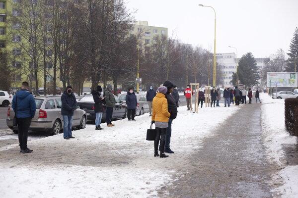 Prešovčania čakajú na antigénové testovanie.