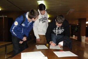 Stovky študentov z Nitry sa pripojilo k mladým ľuďom z Čiech a ďalších štátov a spoločne žiadajú Nobelovu cenu mieru pre sira Nicholasa Wintona.