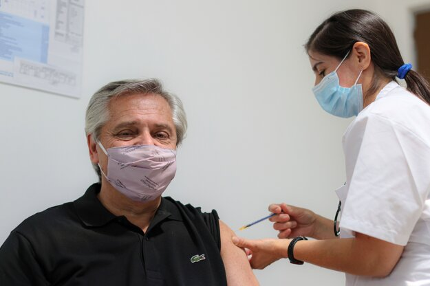 Argentínskeho prezidenta Alberta Fernándeza zaočkovali vakcínou Sputnik V.