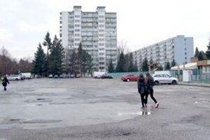 Parkovisko pred atletickým štadiónom na Chrenovej, na ktorom chce investor postaviť bytové domy.