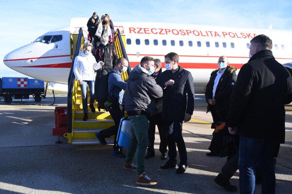 Prílet poľských lekárov a zdravotníkov na víkendové skríngové testovanie na Slovensku.