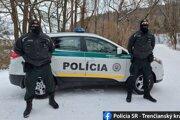 Dvojica policajtov zachránila mladému mužovi život.