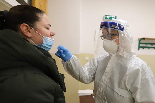 Odberné miesto Základnej školy v Radvani počas skríningového testovania obyvateľov na ochorenie covid-19 v Banskej Bystrici.