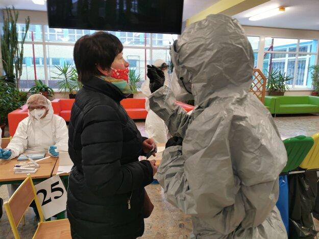 Poľský zdravotník počas celoplošného skríningu na ZŠ s MŠ Hurbanova v Martine.