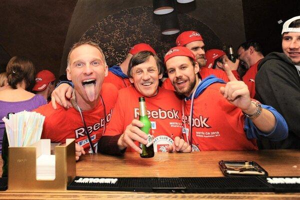 Počas osláv majstrovského titulu vroku 2010 spolu sDominikom Hašekom. Vpozadí vidno aj Radovana Somíka.
