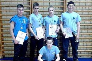 Na turnaji v Novom Jičíne - hore zľava I. Molnár, E. Valanec, S. Mikuš, S. Novák, dolu L. Grofčík.